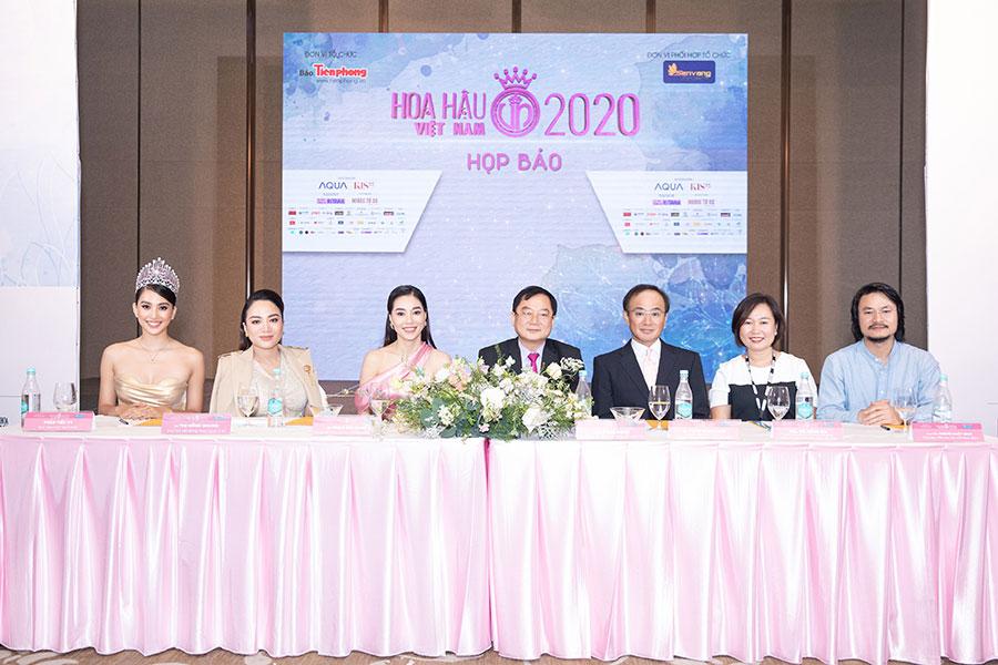 Đại diện AQUA Việt Nam cùng đại diện Ban tổ chức Hoa hậu Việt Nam trả lời phỏng vấn báo chí.